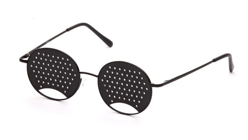 АЛИС 96 Очки перфорационные детские черныйперфорационные детскиеПерфорационные очки применяются при близорукости и дальнозоркости. Эффективны при регулярном использовании, особенно на начальном этапе ослабевания зрения. Рекомендуются как профилактические при нормальном зрении для тех, кто испытывает интенсивные зрительные нагрузки. ПЕРФОРАЦИОННЫЕ ОЧКИ РЕКОМЕНДУЮТСЯ ПРИ СЛЕДУЮЩИХ НАРУШЕНИЯХ ЗРЕНИЯ: ложной и истинной близорукости, дальнозоркости астенопиях (аккомодационной и мышечной) пресбиопии светобоязни. При рассматривании предмета (предметов) через отверстия очков на сетчатке глаза фокусируется множественное (раздвоенное) изображение. В результате цилиарные мышцы глаза изменяют кривизну хрусталика так, чтобы получилось одно четкое изображение. Зрачок без лишнего напряжения меняет свою фокусирующую способность (аккомодацию), увеличивая остроту зрения вдали и вблизи до 2-3-х диоптрий. При переводе взгляда из одной точки в другую (с одного предмета на другой) работа цилиарных мышц ...