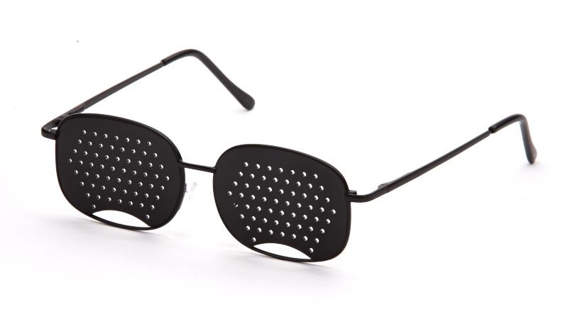АЛИС 96 Очки перфорационные универсальные черныйперфорационные unisexПерфорационные очки применяются при близорукости и дальнозоркости. Эффективны при регулярном использовании, особенно на начальном этапе ослабевания зрения. Рекомендуются как профилактические при нормальном зрении для тех, кто испытывает интенсивные зрительные нагрузки.ПЕРФОРАЦИОННЫЕ ОЧКИ РЕКОМЕНДУЮТСЯ ПРИ СЛЕДУЮЩИХ НАРУШЕНИЯХ ЗРЕНИЯ: ложной и истинной близорукости; дальнозоркости; астенопиях (аккомодационной и мышечной); пресбиопии; светобоязни. При рассматривании предмета (предметов) через отверстия очков на сетчатке глаза фокусируется множественное (раздвоенное) изображение. В результате цилиарные мышцы глаза изменяют кривизну хрусталика так, чтобы получилось одно четкое изображение. Зрачок без лишнего напряжения меняет свою фокусирующую способность (аккомодацию), увеличивая остроту зрения вдали и вблизи до 2-3-х диоптрий. При переводе взгляда из одной точки в другую (с одного предмета на другой) работа цилиарных мышц становится непрерывной и...