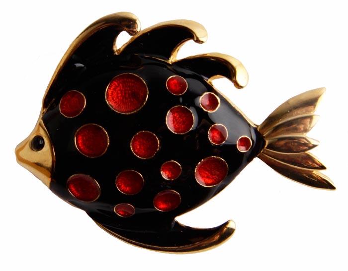 Брошь Рыбка. Бижутерный сплав, полихромные эмали, австрийские кристаллы. Франция, конец ХХ века19-0274Брошь Рыбка. Бижутерный сплав, полихромные эмали, австрийские кристаллы. Франция, конец ХХ века. Размер броши 6 х 4,5 см. Сохранность хорошая. Предмет не был в использовании. На обороте брошь имеет клеймо с серийным номером, что говорит об ее эксклюзивности. Брошь в виде фигурки рыбки выполнена из бижутерного сплава золотого тона. Поверхность броши глянцевая, блестящая. Брошь украшена эмалями насыщенно-бордового и черного цвета. Несомненно, очень красивое, яркое, привлекательное украшение! Такая брошь это всегда желанный подарок для истинных ценителей винтажных украшений.