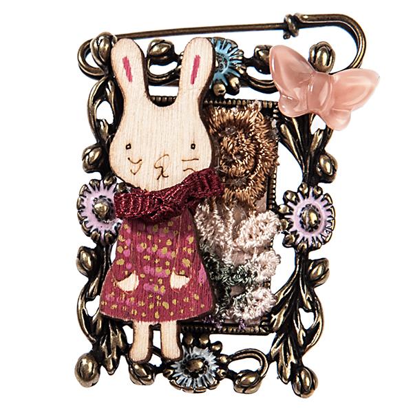 Брошь жен. Selena Street Fashion, цвет: золотистый, красный, розовый. 3002452030024520Текстиль, ювелирная смола. Гальваническое покрытие: золото.