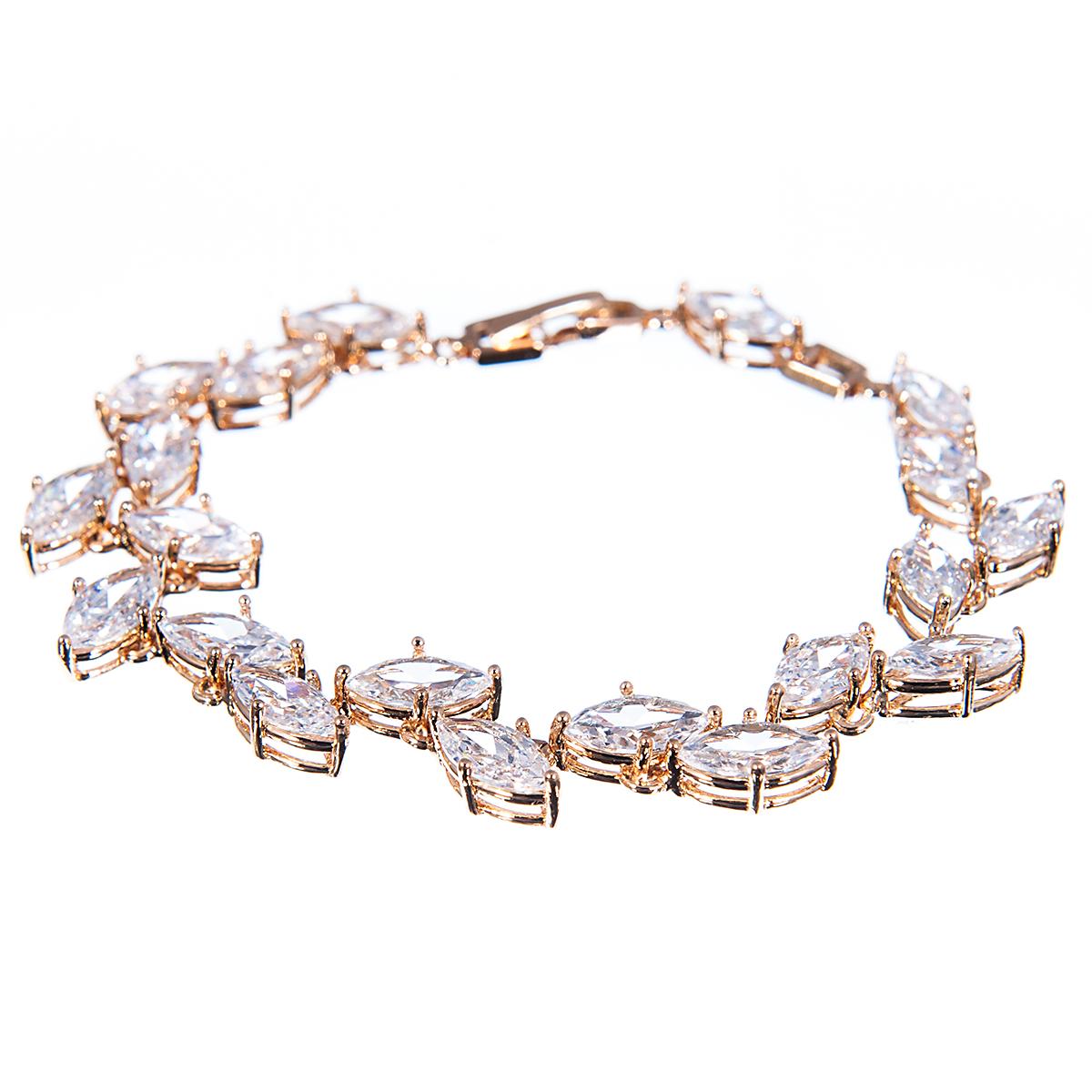 Браслет Selena Diamond, цвет: белый, золотистый. 4005432040054320Прелестный браслет Selena изготовлен из металла с золотистым покрытием. Изделие украшено цирконами. Браслет застегивается при помощи замка-пряжки, благодаря которому браслет легко снимать и надевать. Стильный браслет блестяще подчеркнет ваш изысканный вкус и поможет внести разнообразие в привычный образ.