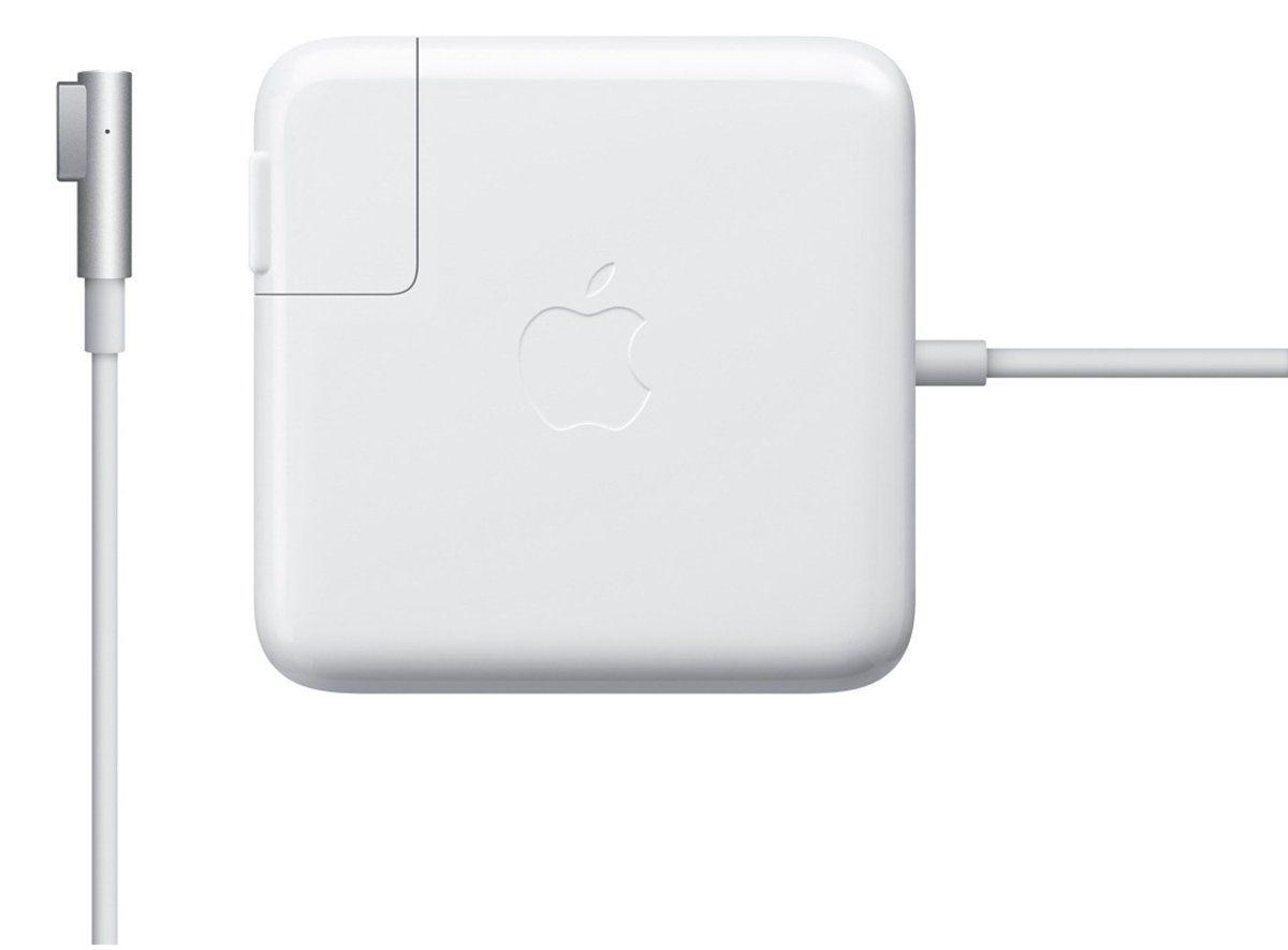 Apple Magsafe для MacBook Air зарядное устройствоMC747Z/AАдаптер питания Apple MagSafe мощностью 45 Вт оснащён магнитным разъёмом. Если кто-то случайно наступит на кабель, он просто отсоединится, а ваш MacBook Air останется на месте. Это также помогает избежать преждевременного износа кабелей. Кроме того, магнитный разъём обеспечивает быстрое и надёжное подключение к системе. При правильном подключении на разъёме загорается светодиод. Жёлтый цвет означает, что ноутбук заряжается, а зелёный показывает, что он полностью заряжен. Кабель питания, прилагающийся к адаптеру, даёт максимальное пространство для манёвра, а штепсельная вилка для розетки переменного тока (также входит в комплект) позволяет путешествовать налегке. Этот адаптер удобно брать с собой в дорогу: кабель можно намотать на устройство и таким образом сэкономить место. Apple MagSafe заряжает литиевый аккумулятор с полимерным электролитом независимо от того, включена ли система, выключена или находится в режиме сна. Он также обеспечивает...