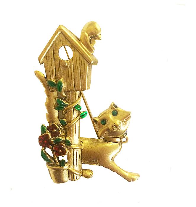 Винтажная брошь Котик у скворечника от компании Danecraft. Бижутерный сплав золотого тона, эмаль красного и зеленого тона. США, 1970-е годыf624w690Винтажная брошь Котик у скворечника от компании Danecraft. Бижутерный сплав золотого тона, эмаль красного и зеленого тона. США, 1970-е годы. Размер броши 3,5 х 6 см. Сохранность отличная. Брошь маркирована: Danecraft. Очень известная брошь компании Danecraft. Классика винтажных украшений!