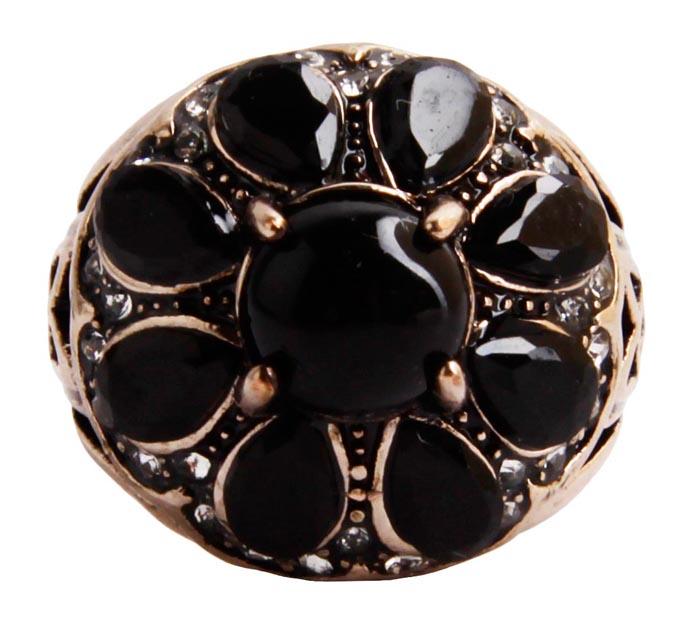 Кольцо Клео. Бижутерный сплав, австрийские кристаллы, искусственные камни. Конец XX векаf40531w0Кольцо Клео. Бижутерный сплав, австрийские кристаллы, искусственные камни. Конец ХХ века. Размер 18. Сохранность хорошая. Предмет не был в использовании. Изящное украшение выполнено в ярко выраженном византийском стиле. Кольцо украшено целой россыпью сверкающих австрийских страз, инкрустировано имитацией драгоценных камней. Представленное вашему вниманию изделие отличается высоким уровнем мастерства исполнения, оригинальным авторским дизайном. Этот аксессуар станет изысканным украшением для романтичной и творческой натуры и гармонично дополнит Ваш наряд, станет завершающим штрихом в создании образа.
