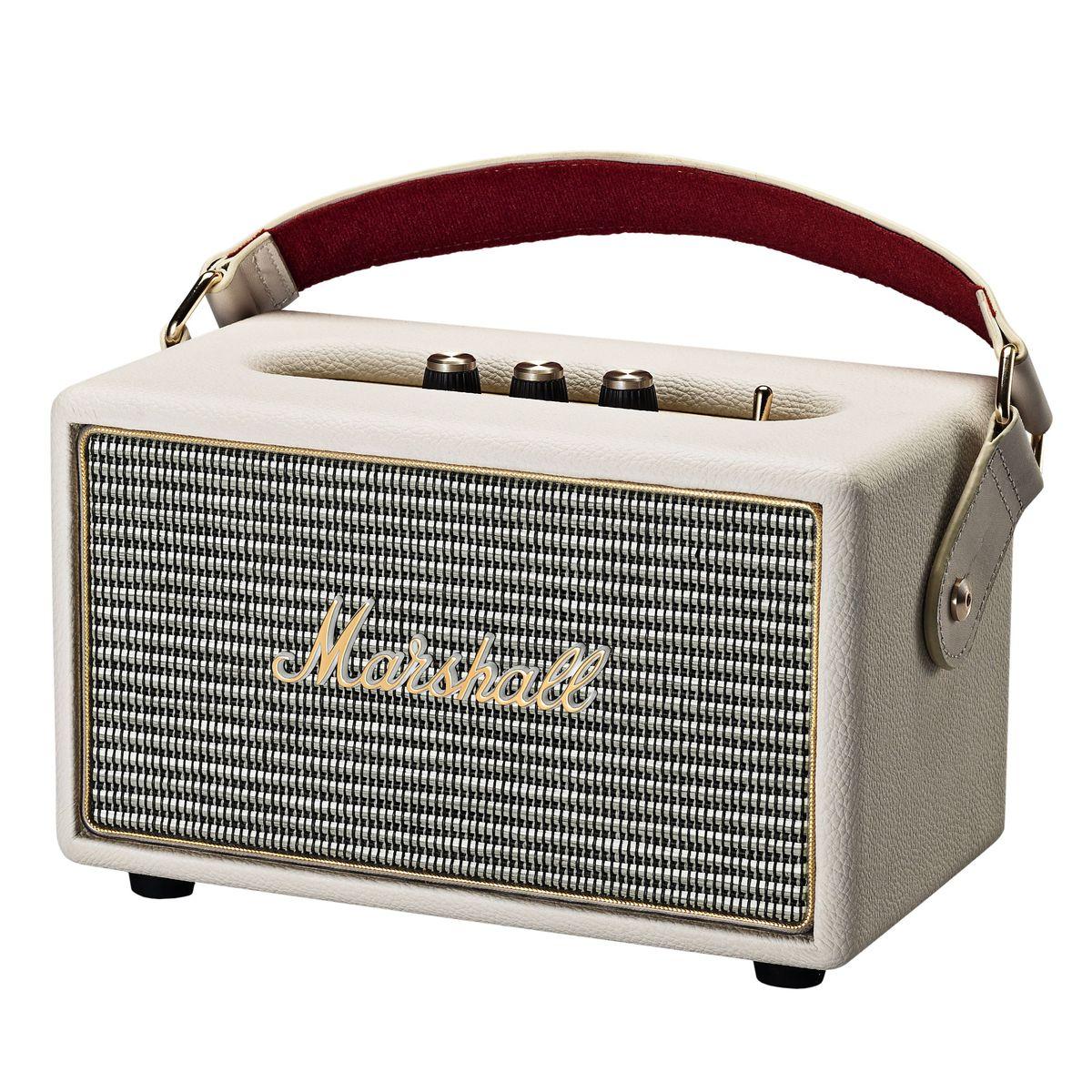 Marshall Kilburn, Cream акустическая система7340055313841The Kilburn – это первая колонка в линейке акустики Marshall, освобожденная от проводов. Небольшая, весом всего в 3 килограмма, она может похвастаться одними из самых громких динамиков в своем классе, которые обеспечивают не только мощный бас, но и широкую звуковую сцену, четкую панораму и детализированное звучание. По традиции устройство выполнено в стиле олдскульных гитарных усилителей: обтянутый винилом корпус, металлическая решетка на динамиках с легендарным логотипом на ней, аналоговые переключатели и ручки регулировок золотого цвета. Путешествуйте налегке вместе с Marshall Kilburn: кожаный ремешок в гитарном стиле позволит брать с собой колонку в любые путешествия, а встроенный аккумулятор обеспечит до 18 часов наслаждения вашей любимой музыкой без подзарядки. Частота кроссовера: 4200 Гц