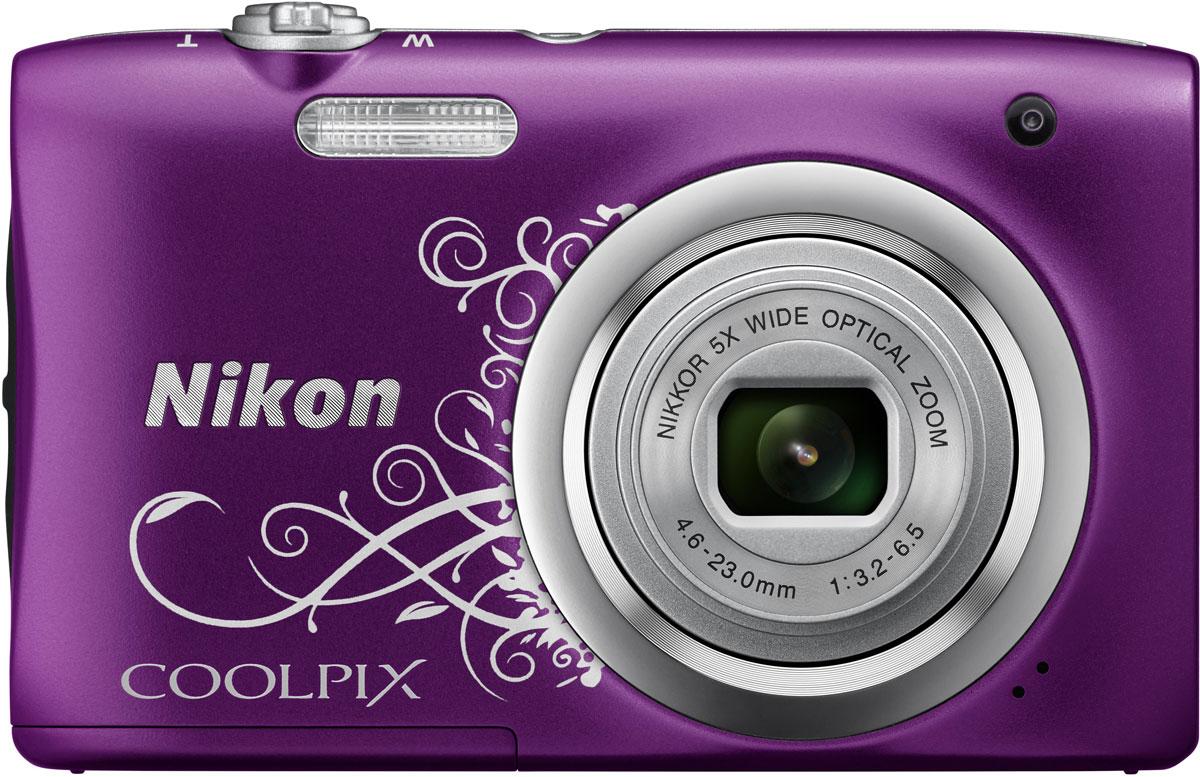 Nikon CoolPix A100, Purple Line Art цифровой фотоаппаратVNA974E1Ваши снимки будут незабываемыми благодаря 20,1-мегапиксельной ПЗС-матрице Nikon CoolPix A100, а объектив NIKKOR с 5-кратным оптическим зумом (расширяемый до 10-кратного с помощью функции Dynamic Fine Zoom) поможет создавать великолепные портреты друзей и родных крупным планом. Выбирайте специальные эффекты в процессе съемки или примените быстрые эффекты к полученным изображениям, чтобы создать оригинальные фотографии прямо на фотокамере. Стильная, компактная и простая в использовании: Эта стильная фотокамера настолько компактна и легка (ее вес - всего 119 г вместе с батареей и картой памяти SD), что она практически неощутима в сумке или кармане, и поэтому ее можно носить с собой повсюду. Кроме того, она проста в использовании, поэтому вы всегда будете готовы запечатлеть нужный момент. Объектив NIKKOR с 5-кратным оптическим зумом: Благодаря объективу NIKKOR с 5-кратным оптическим зумом (26-130 мм в эквиваленте формата 35 мм), который можно...