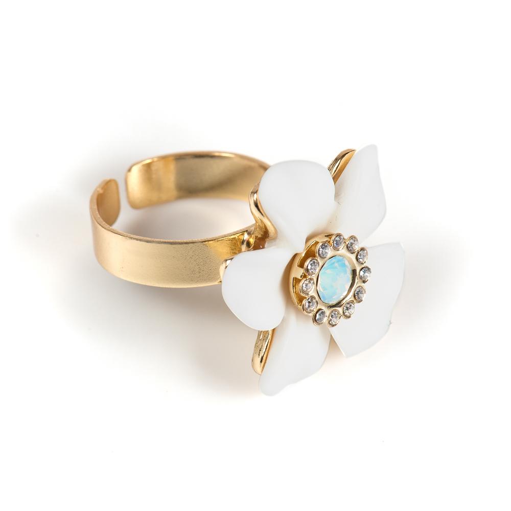 Кольцо Selena Audrey, цвет: белый, золотистый. 6002528060025280Керамика, кристаллы Preciosa, латунь. Гальваническое покрытие: золото., размер кольца регулируется диаметр цветка 2.5 см