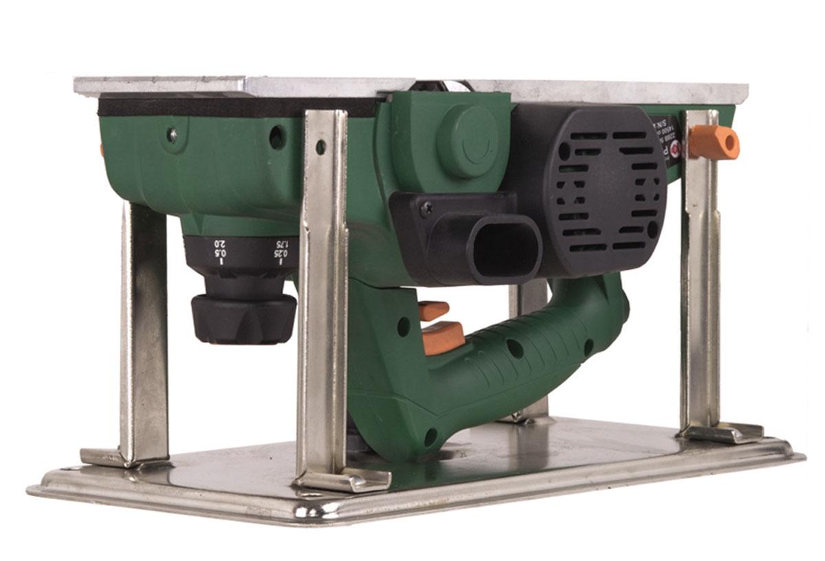 Рубанок электрический Калибр РЭ-1100+ст11309Электрический рубанок Калибр РЭ-1100+ст предназначен для строгания плоских поверхностей древесины и строгания кромки при изготовлении элементов деревянных конструкций. Он оснащен однофазным коллекторным двигателем мощностью 1100 Вт, который развивает обороты до 14500 об/мин. Максимальная глубина обработки составляет 3 мм. Модель работает от сети напряжением 220 В. Благодаря специальным опорам, с рубанком можно работать в перевернутом положении. Размер строгального ножа: 11 х 2,9 х 2,7 см.