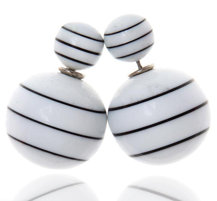 Серьги-шары Амели. Бусины белые в черную полоску, бижутерный сплав серебряного тона. Arrina, Гонконг10098421Двухсторонние серьги-шары Амели. Бусины белые в черную полоску, бижутерный сплав серебряного тона. Arrina, Гонконг. Размер - диаметр 1,5 см. Серьги-шары - самый модный тренд в этом сезоне!