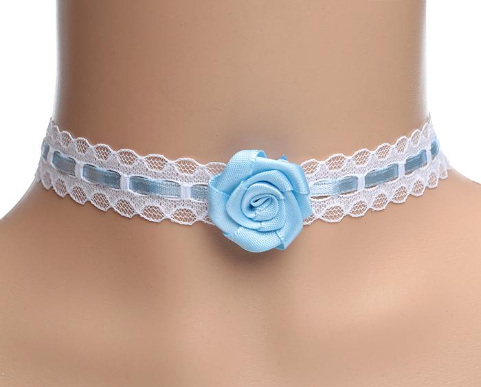 Бархотка Голубая роза в стиле викторианская готика. Кружево белого цвета, атласная лента голубого цвета, бижутерный сплав серебряного тона. Ручная работа. ГонконгT-B-5974-EARR-SILVERБархотка Голубая роза в стиле викторианская готика, ручной работы. Кружево белого цвета, атласная лента голубого цвета, бижутерный сплав серебряного тона. Гонконг. Размер: длина бархотки 32 - 37 см (регулируется за счет застежки-цепочки).