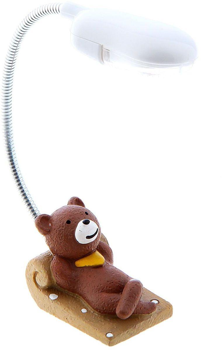 Лампа настольная LED Медвежонок на лежаке140491Детям веселей, когда их окружают яркие вещицы. Поэтому стоит продумать даже то, как будет выглядеть дополнительный источник света в комнате вашего малыша. Чаще всего подобные светильники ставят на прикроватную тумбочку или письменный стол, чтобы в комнате не оставалось неосвещённого пространства. Чтобы не оставлять своего маленького шалуна в полной темноте, просто «зажгите» светильник детский белый, с ним будет спокойней и вам и ребёнку. *Размещайте провода и другие, не предназначенные для детских ручек детали, таким образом, чтобы ваш шалун до них не дотянулся.