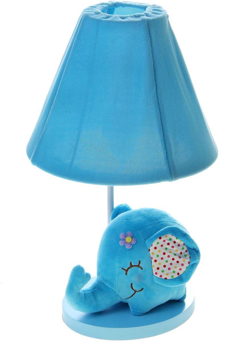 Лампа настольная Плюшевый слоненок голубой906528Детям веселей, когда их окружают яркие вещицы. Поэтому стоит продумать даже то, как будет выглядеть дополнительный источник света в комнате вашего малыша. Чаще всего подобные светильники ставят на прикроватную тумбочку или письменный стол, чтобы в комнате не оставалось неосвещённого пространства. Чтобы не оставлять своего маленького шалуна в полной темноте, просто «зажгите» светильник детский белый, с ним будет спокойней и вам и ребёнку. *Размещайте провода и другие, не предназначенные для детских ручек детали, таким образом, чтобы ваш шалун до них не дотянулся.