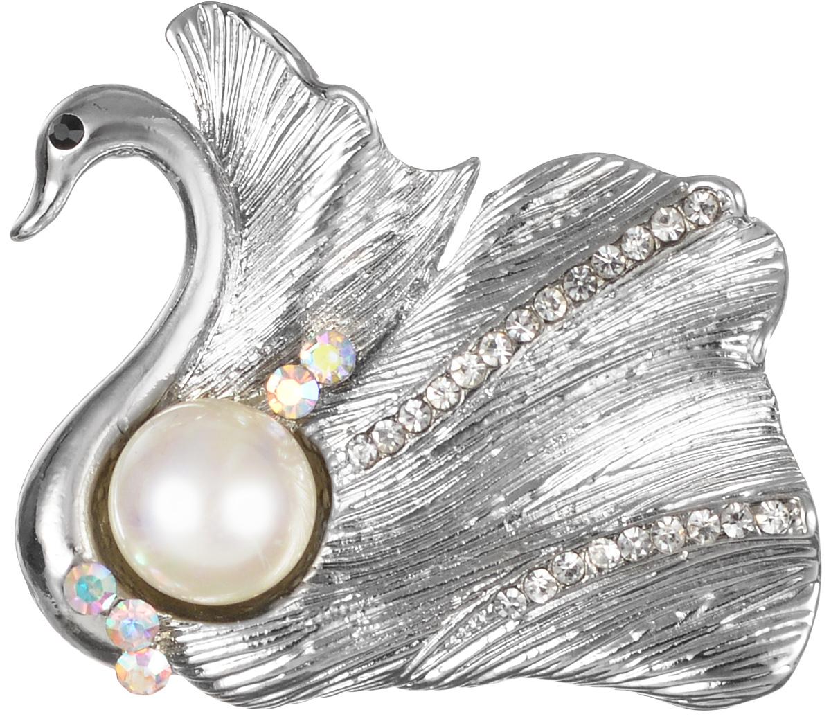 Брошь Fashion House, цвет: серебряный, белый. FH26354FH26354Эффектная брошь Fashion House, выполнена в виде лебедя из бижутерного сплава и оформлена жемчужиной и стразами. Брошь крепится с помощью булавки с замочком. Такая брошь позволит вам с легкостью воплотить самую смелую фантазию и создать собственный, неповторимый образ.