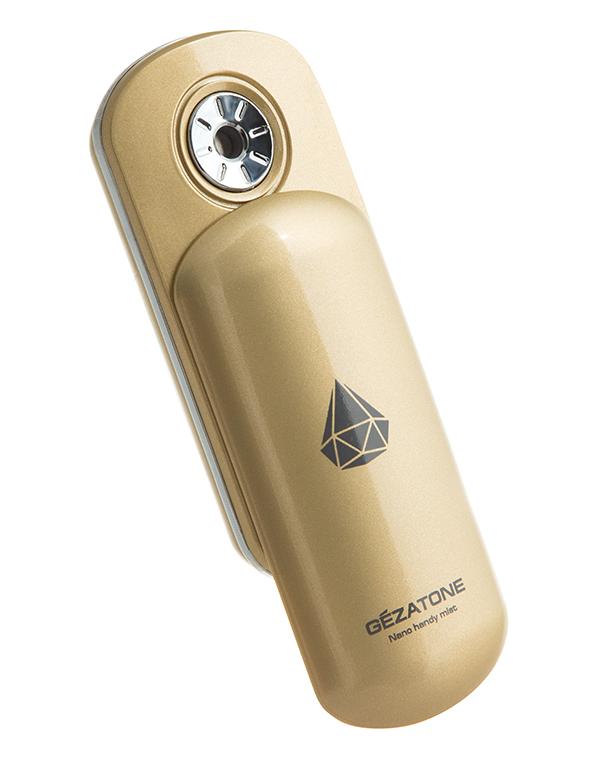 AH903 Увлажнитель для кожи лица, Nano Steam S, Gezatone1301164Увлажнитель Nano Steamer S представляет собой миниатюрный резервуар с водой, которая распыляется мельчайшими наночастицами, великолепно увлажняя воздух и кожу. Такое мелкодисперсное распыление возможно благодаря ультразвуковым колебаниям . Невесомое облако воды покрывает кожу, превосходно усваивается и дает мгновенный эффект увлажнения. Наночастицы воды, которые распыляются прибором, настолько малы, что даже не портят макияж.