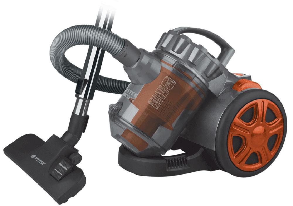 Vitek VT-1890(OG) пылесосVT-1890(R)Vitek VT-1890(R) - пылесос, который отлично справится с поддержанием чистоты в жилом помещении. Данная модель имеет прекрасную мощность всасывания и очень проста в эксплуатации. Пылесос оснащен съёмным пылесборником, который при необходимости можно достать и очистить. Силу всасывания можно регулировать, шнур сматывается после отключения прибора и нажатия на кнопку. На корпусе есть индикатор заполнения ёмкости пылью. В Vitek VT-1890(R) предусмотрен особый фильтр, который задерживает частицы загрязнений любого размера, нередко приводящие к развитию заболеваний. Прибор также оснащён специальной технологией, благодаря которой пыль собирается в комок. Модель комплектуется дополнительными насадками, что существенно упрощает процесс уборки и обеспечивает многофункциональность. Для такого пылесоса не составит труда очистить от загрязнений ковёр или мягкую мебель, он просто собирает шерсть и мелкие нитки с обрабатываемой поверхности.
