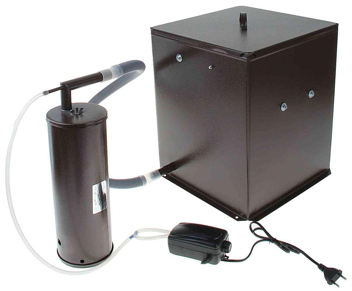 Дым Дымыч 01М, Brown коптильняДым Дымыч 01МДым Дымыч 01М - бытовая коптильня холодного копчения с емкостью объемом 32 л. Холодным копчением называется обработка продуктов дымом с температурой от 19 до 40 градусов Цельсия.Такой процесс может длиться много часов, а то и несколько дней. Это наиболее экологичный метод обработки продуктов. В процессе копчения натуральным густым дымом из мяса или рыбы выводятся все вредоносные микроорганизмы и бактерии. Срок хранения такой пищи увеличивается, а вкусовые качества усиливаются. Данная модель оснащена дымогенератором, предназначенным для постоянной подачи дыма в емкость для копчения. Дымогенератор и емкость изготовлены из углеродистой стали и окрашены снаружи молотковой эмалью. Производительность компрессора 2,5х2 л/мин Давление: 0,012 МПа