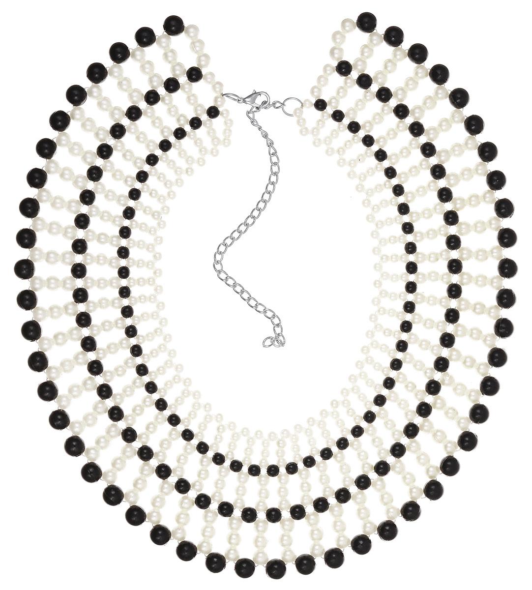 Колье Fashion House, цвет: серебряный, белый, черный. FH33053FH33053Стильное колье Fashion House не оставит равнодушной ни одну любительницу модных и необычных украшений. Колье представляет собой композицию из пластиковых бусин разных размеров, соединенных между собой в оригинальное кружевное плетение. Сочетание цветов и форм придает изделию оригинальность и индивидуальность. Колье имеет надежную застежку-карабин с регулирующей длину цепочкой. Такое украшение позволит вам с легкостью воплотить самую смелую фантазию и создать собственный, неповторимый образ.