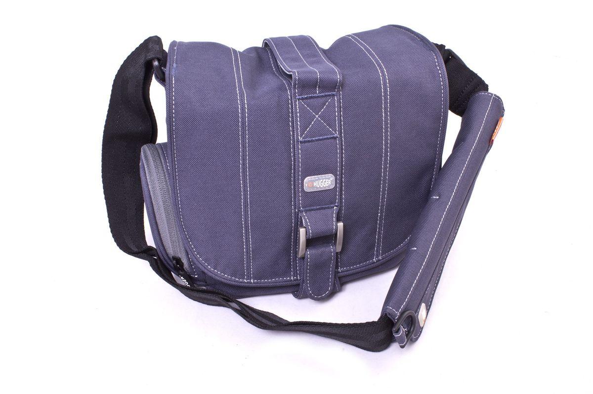 Hugger Pin-Stripe Suit, Sapphire сумка для фотокамеры2050Эта стильная полосатая сумка идеально сочетается с деловым костюмом. Передняя металлическая застежка в сочетании с лентой велкро позволяют легко застегивать верхний клапан. Надежная защита от влаги и пыли. Мягкие внутренние перегородки могут быть удалены или перемещены для большего удобства. Передний отсек подходит для аксессуаров большого размера. Два сетчатых кармана по бокам сумки подходят для аксессуаров или личных вещей фотографа. Съемная площадка на ремне с кольцом для мобильного телефона. Толстые стенки для надежной защиты камеры от механических повреждений. Высокий уровень защиты от влаги. Легкий вес. Противодождевой чехол и фирменный платок в комплекте. Эта сумка подходит для зеркальной камеры с объективом и некоторым количеством аксессуаров, например, вспышкой.
