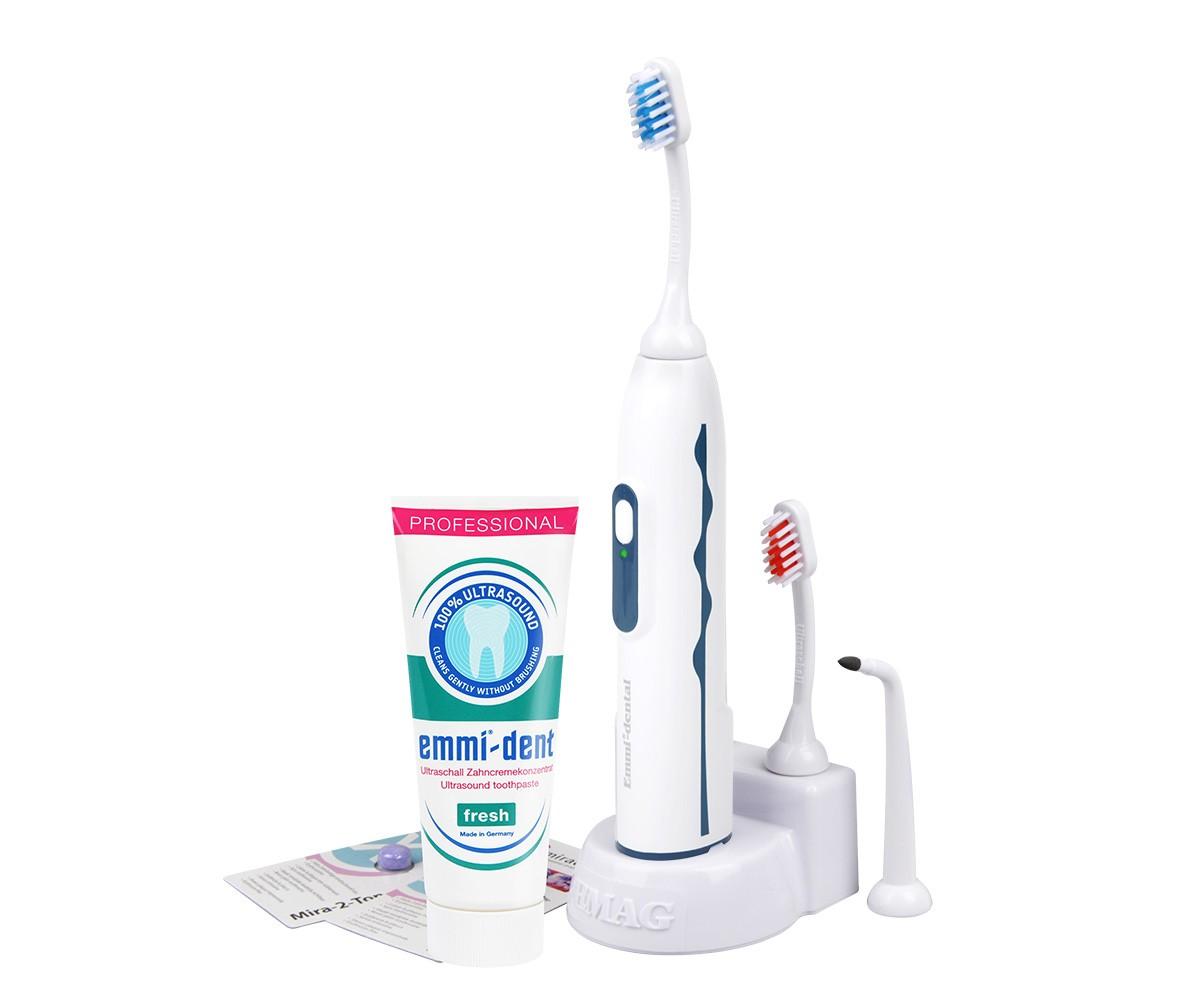 Emmi-Dent 6 Professional ультразвуковая зубная щетка65016Emmi-Dent 6 Professional - единственная в мире ультразвуковая щетка, чистящая 100% ультразвуком со специальной пастой. Если в аналогичных щетках других производителей при чистке зубов необходимо совершать движения щеткой и чистить абразивной пастой, то с Emmi-dent никаких движений не требуется, а особая паста не будет царапать вашу эмаль. Ультразвуковая зубная щетка Emmi-Dent 6 действует на частоте 1.6 МГц, что составляет 96 млн. колебаний в минуту. В добавок к ультразвуку данная щетка работает на звуковой частоте, образуя механические движения, что усиливает антибактериальный и очищающий эффект. Emmi-Dent 6 работает от аккумулятора, который держит заряд до 60 циклов, то есть при двухразовом дневном использовании одного заряда хватит практически на месяц.