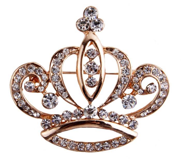 Брошь Сверкающая корона. Бижутерный сплав, кристаллы. Гонконг, конец XX векаZAKN8-WHIБрошь Сверкающая корона. Бижутерный сплав, кристаллы. Гонконг, конец ХХ века. Размер броши 4 х 3,5 см. Сохранность хорошая. Предмет не был в использовании. Очаровательная яркая брошь, выполненная в виде миниатюрной сверкающей короны. Оригинальный аксессуар украшен множеством прозрачных страз. Эта изысканная брошь станет изысканным украшением для романтичной и творческой натуры и гармонично дополнит Ваш наряд, станет завершающим штрихом в создании образа.