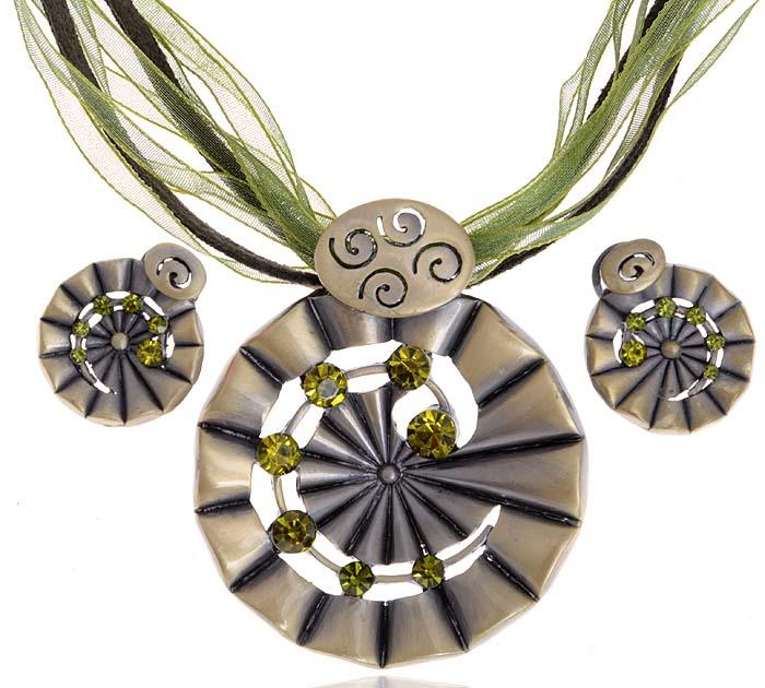 Комплект Наваждение: ожерелье и серьги. Текстиль зеленого цвета, бижутерное стекло, гипоаллергенный ювелирный сплав. Lisa Lone, Испания10099842Комплект Наваждение: ожерелье и серьги. Текстиль зеленого цвета, бижутерное стекло, гипоаллергенный ювелирный сплав. Lisa Lone, Испания. Размер: Ожерелье - полная длина 40-49 см, регулируется за счет застежки-цепочки. Серьги - диаметр 2 см.