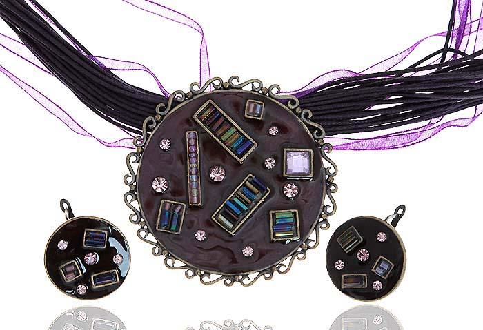 Комплект Притяжение: ожерелье и серьги. Текстиль фиолетового цвета, бижутерное стекло, цветная эмаль, гипоаллергенный ювелирный сплав. Lisa Lone, Испания10099842Комплект Притяжение: ожерелье и серьги. Текстиль фиолетового цвета, бижутерное стекло, цветная эмаль, гипоаллергенный ювелирный сплав. Lisa Lone, Испания. Размер: Ожерелье - полная длина 48-56 см, регулируется за счет застежки-цепочки. Серьги - диаметр 2 см.
