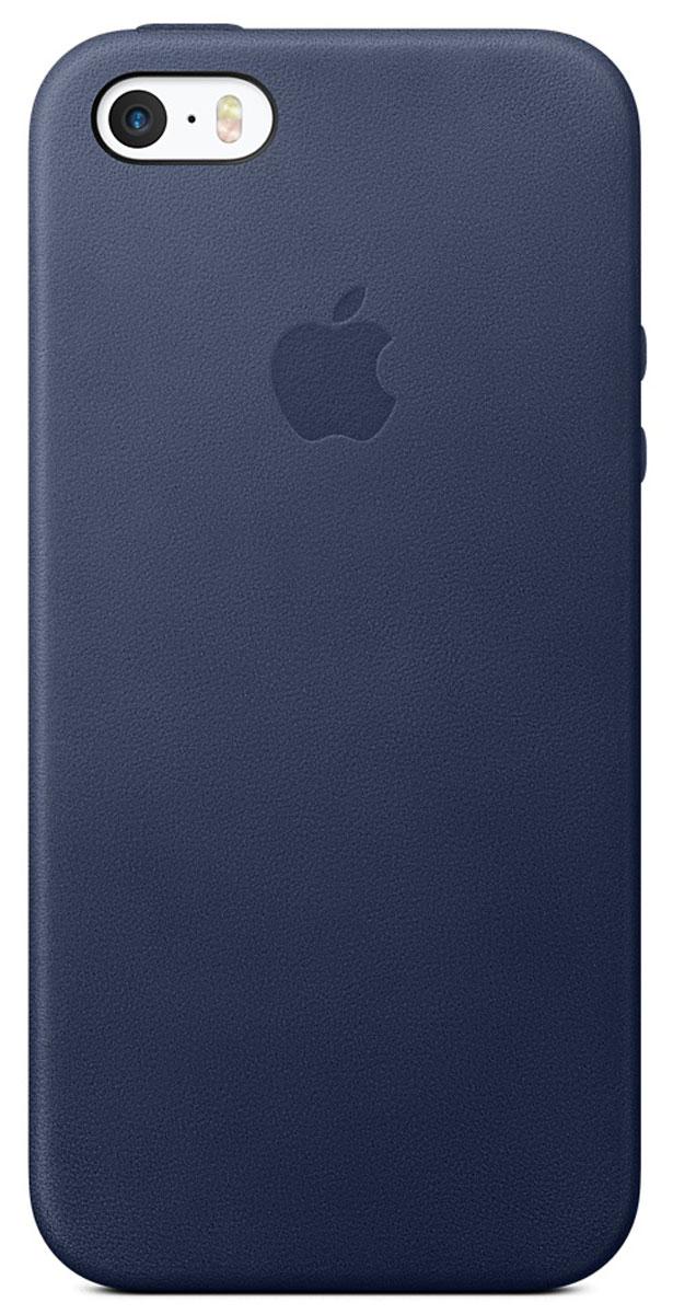 Apple Case чехол для iPhone 5/5s/SE, Midnight BlueMMHG2ZM/AЭти роскошные чехлы от Apple изготовлены из специально обработанной и выделанной кожи европейского производства. Поскольку они созданы специально для iPhone 5/5s/SE, они плотно прилегают к корпусу, так что ваш телефон всё равно будет выглядеть невероятно тонким. Мягкая внутренняя поверхность чехла, выполненная из микроволокна, защитит корпус вашего iPhone. А внешняя сторона порадует вас насыщенным оттенком: благодаря специальной технологии краситель проникает глубоко в структуру кожи.