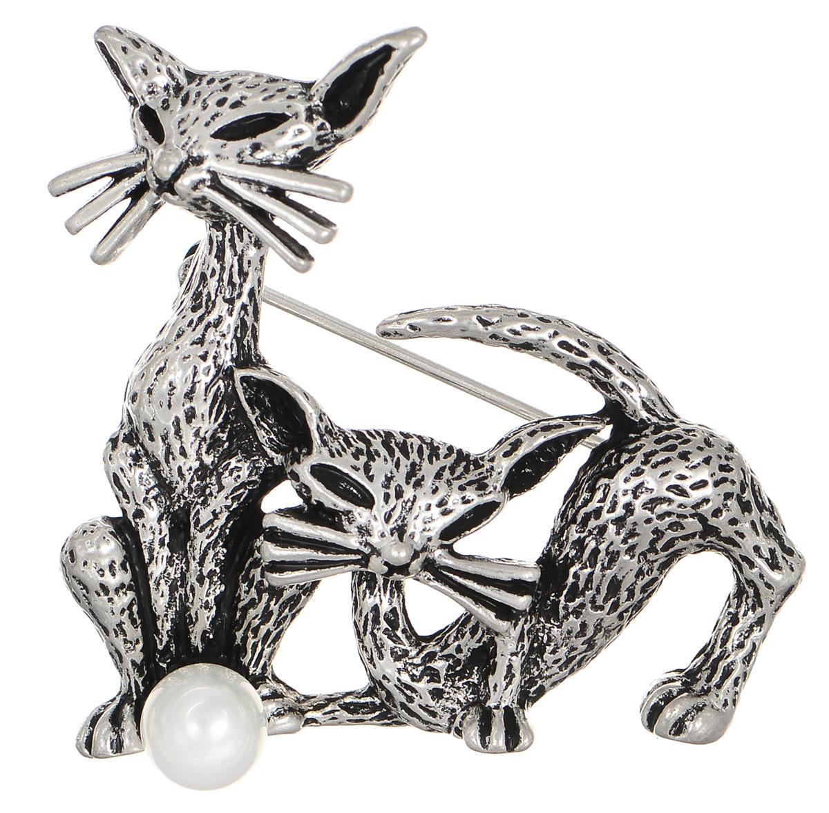 Брошь Selena Street Fashion, цвет: белый, серебристый. 3002650030026500Оригинальная брошь Selena Street Fashion изготовлена из металла с родиевым покрытием. Брошь выполнена в виде двух кошек и дополнена искусственным жемчугом. Изделие крепится с помощью замка-булавки. Такая брошь позволит вам с легкостью воплотить самую смелую фантазию и создать собственный неповторимый образ.