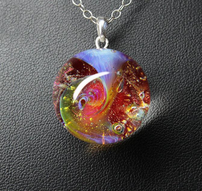 Кулон Lampwork Красная Галактика. Ручная авторская работаPD505Кулон шар из прозрачного стекла с маленькой площадкой сзади. Внутри цветное объемное изображение. шар 2,5 см