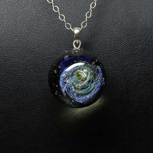 Кулон Lampwork Галактика Млечный путь. Ручная авторская работаPD507Кулон шар из прозрачного стекла с маленькой площадкой сзади. Внутри цветное объемное изображение. шар 2,5 см