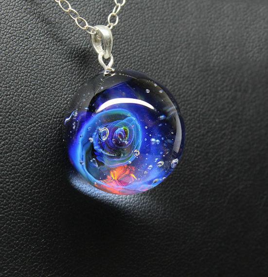 Кулон Lampwork Галактика Всплеск. Ручная авторская работаPD509Кулон шар из прозрачного стекла с маленькой площадкой сзади. Внутри цветное объемное изображение. шар 2,5 см