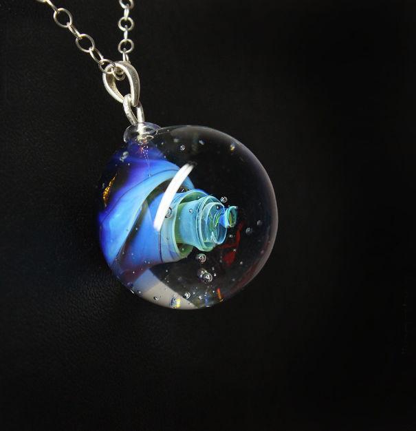 Кулон Lampwork Галактика Вавилонская башня. Ручная авторская работаPD510Кулон шар из прозрачного стекла с маленькой площадкой сзади. Внутри цветное объемное изображение. шар 2,5 см
