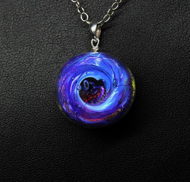 Кулон Lampwork Космический водоворот. Ручная авторская работаPD513Кулон полусфера из прозрачного стекла. Внутри цветное объемное изображение. 2,3 см