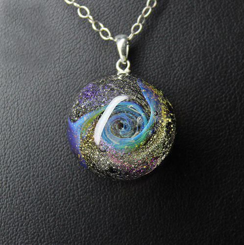 Кулон Lampwork Мириады звезд. Ручная авторская работаPD515Кулон полусфера из прозрачного стекла. Внутри цветное объемное изображение. 2,3 см