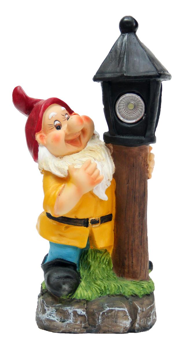 Садовый светильник Magic Home Гном с фонарем, 13,5 х 8,5 х 25,5 см41371Садовый светильник на солнечных батареях дополнит Ваш сад не только днем, но и ночью. Характеристика : питание от никель-металл-гидридного аккумулятора мощностью 300 ампер-час, тип АА, напряжение 1.2 В, включен в комплект, из полирезины