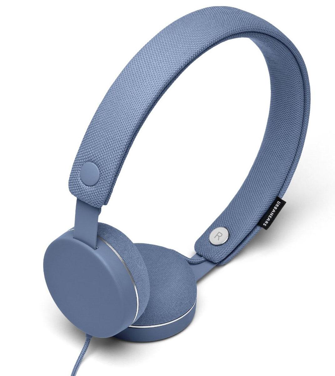 Urbanears Humlan, Sea Grey наушники15118181Urbanears Humlan - это накладные наушники с богатым динамичным звуком, которым вы можете поделиться с другими посредством разъёма ZoundPlug. Отличительной чертой Humlan являются съёмные оголовье и амбушюры, которые можно стирать. У наушников также есть традиционные для Urbanears микрофон и пульт управления приёмом звонков. Humlan - всегда свежие впечатления даже от знакомой музыки! ZoundPlug - это разъём, позволяющий поделиться вашей музыкой с другом. Просто подключите его наушники к вашим Humlan через свободный порт. Сегодня большинство плееров являются также и телефонами. Поэтому все наушники Urbanears имеют микрофон и пульт управления, с помощью которого можно принимать входящие звонки или переключать треки.