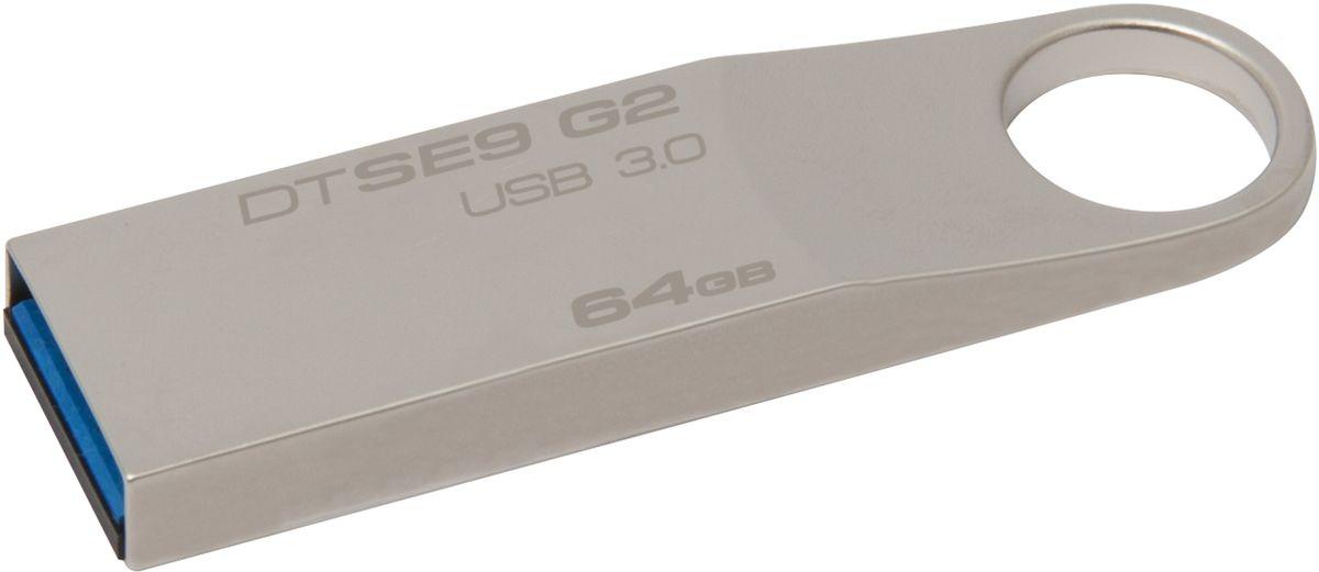 Kingston DataTraveler SE9 G2 64GB USB-накопительDTSE9G2/64GBUSB-накопитель Kingston DataTraveler SE9 G2 имеет стильный металлический корпус с большим кольцом, за которое его удобно прикреплять. Малый форм-фактор делает его великолепным дополнением к таким ноутбукам, как новый Ultrabook от компании Intel, а также к планшетным ПК, имеющим USB-разъёмы. Надёжный корпус этого накопителя позволяет безбоязненно брать его с собой повсюду, куда бы вы ни отправились со своими новыми устройствами. Накопитель Kingston DataTraveler SE9 G2 имеет пятилетнюю гарантию, бесплатную техническую поддержку и отличается легендарной надежностью, характерной для всей продукции компании Kingston.