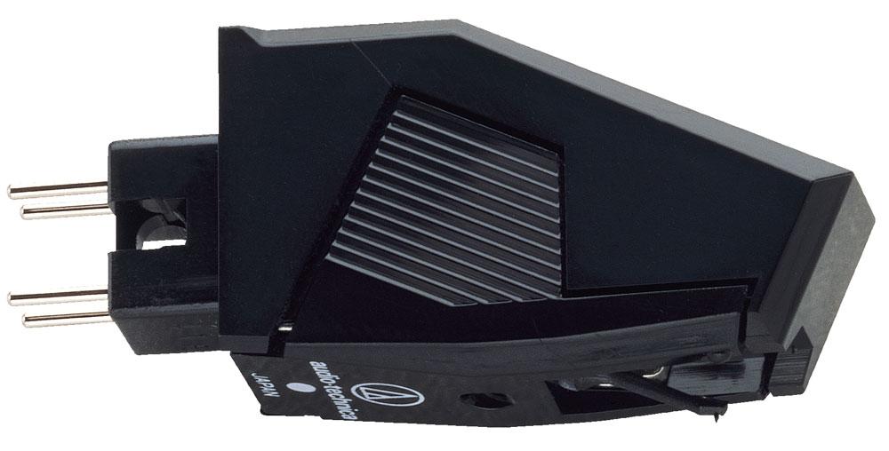 Audio-Technica AT3482P головка звукоснимателя5055145748046Audio-Technica AT3482P представляет собой головку звукоснимателя начального уровня, которая отличается хорошим соотношением цена/качество. Корпус напоминает сложную геометрическую фигуру со строгими линиями и использует крепление P-типа (P- mount/T4P). В его тыльной части находятся четыре контакта, которые вставляются в соответствующие терминалы тонарма, специально предназначенного для данного типа крепления. После этого картридж фиксируется там с помощью одного винта. Для установки такого звукоснимателя в тонарм с обычным стандартным шеллом необходимо приобрести дополнительно специальный адаптер. В конструкции картриджа используются два подвижных магнита, выполненные из сплава Alnico (алюминий/никель/кобальт), которые расположены под углом в 90 градусов относительно друг друга. Благодаря такому расположению, а также небольшой массе и материалу, из которого изготовлены магниты, обеспечивается точная работа электрического преобразователя, повышается...