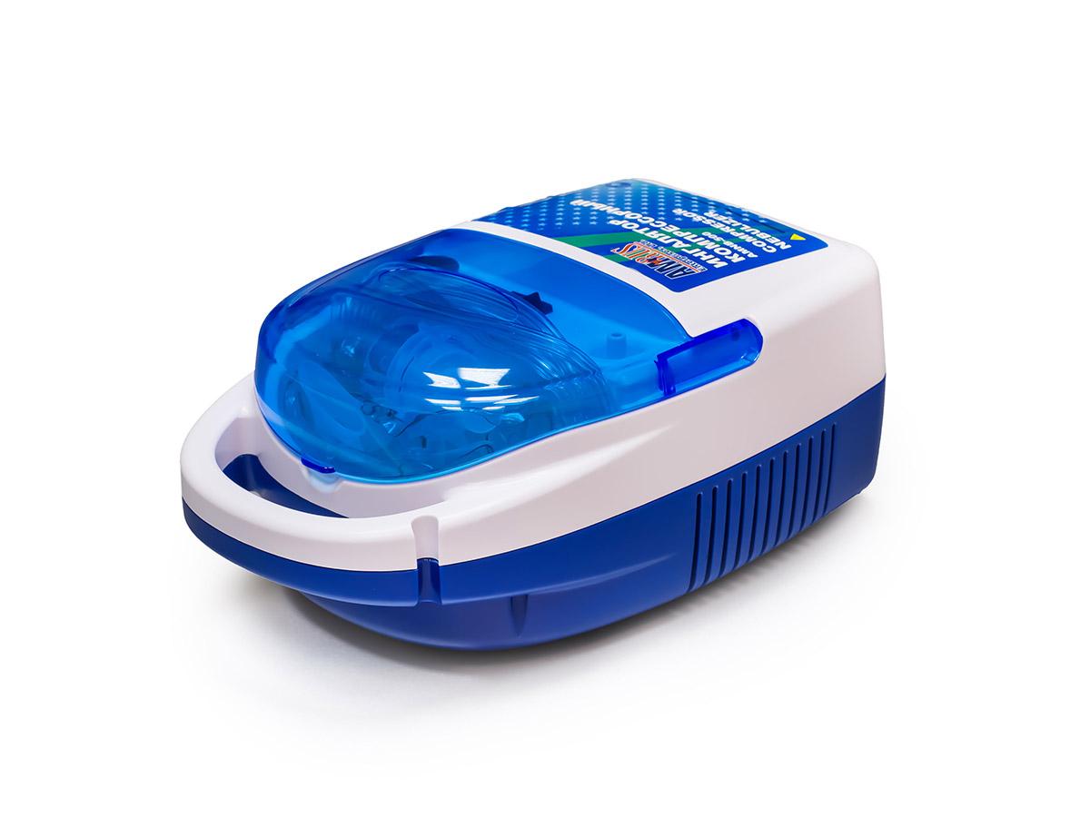 Amrus Ингалятор компрессорный (небулайзер) АМNB-500АМNB-500Универсальный компрессорный ингалятор для взрослых и детей для домашнего и клинического использования с отсеком для хранения аксессуаров. Предназначен для лечения заболеваний верхних и нижних дыхательных путей (ринит, синусит, аденоидит, фарингит, тонзиллит, трахеит, бронхит, пневмония, бронхиальная астма, ХОБЛ и т.д.). Не требует переключения режимов. Эффективное лечение на всех уровнях дыхательной системы обеспечивается за счет равного соотношения крупных и мелких частиц в аэрозоле: 50% крупных частиц лекарственного средства оседают в пазухах носа, ротоглотке, гортани и 50% мелких частиц - в трахее, бронхах и бронхиолах. В приборе можно использовать все лекарственные средства, применяемые для ингаляционной терапии кроме травяных отваров и настоев, масляных растворов и эфирных масел. Ингалятор удобен в управлении: включение осуществляется одной кнопкой. В корпусе ингалятора имеется специальный отсек для хранения масок, трубок и других аксессуаров. Ингалятор...