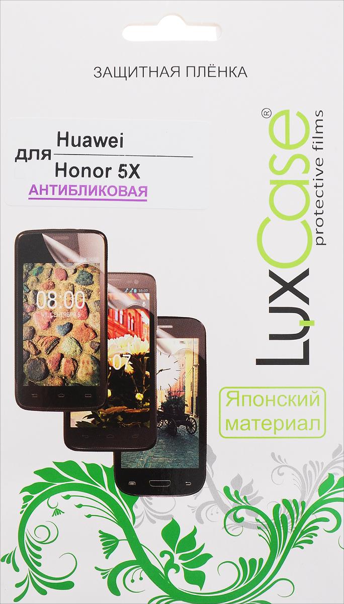 LuxCase защитная пленка для Huawei Honor 5X, антибликовая51647Антибликовая защитная пленка LuxCase для Huawei Honor 5X сохраняет экран устройства гладким и предотвращает появление на нем царапин и потертостей. Структура пленки позволяет ей плотно удерживаться без помощи клеевых составов и выравнивать поверхность при небольших механических воздействиях. Пленка практически незаметна на экране гаджета и сохраняет все характеристики цветопередачи и чувствительности сенсора.