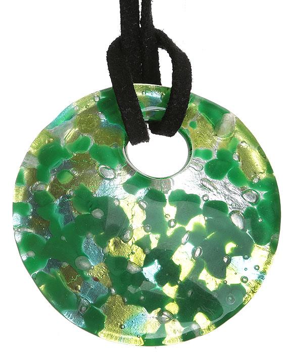 Кулон на шнурке Летний день. Муранское стекло, шнурок из натуральной замши, ручная работа. Murano, Италия (Венеция)ОС27628Кулон на шнурке Летний день. Муранское стекло, шнурок из натуральной замши, ручная работа. Murano, Италия (Венеция). Размер: Кулон - диаметр 4 см. Шнурок - полная длина 45 см. Каждое изделие из муранского стекла уникально и может незначительно отличаться от того, что вы видите на фотографии