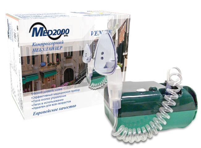 MED 2000 Ингалятор компрессорный Venice (C1)0001506Технические характеристики - Вес: 1700 г. - Питание: ~220-240 В - Давление: ~2 Бар (190-230 kna) - Расход воздуха: 8 л/мин - Объем стакана: 6 мл - Скорость распыления: > 0,25 мл/мин - Шумовой порог: ~40 дБ на 50 см - Режим работы № 1: 1 - 3 мкм - Режим работы № 2: 3 - 5 мкм - Режим работы № 3: 5 - 10 мкм Комплектность: - Компрессор, 2 маски (детская, взрослая), - мундштук, носовые канюли, небулайзер, - силиконовая трубка, резинка для маски - 3 пистона - Режим работы и паузы: 30 мин / 30 мин - Гарантия: 5 лет На сегодняшний день одним из наиболее эффективных направлений лечения заболеваний дыхательных путей и легких является небулайзерная терапия. Небулайзер - устройство, предназначенное для жидких лекарственных веществ, которые под действием сжатого воздуха от компрессора преобразуется в мелкодисперсный аэрозоль. Чем меньше частицы аэрозоля, тем глубже они проникают в дыхательные пути. Лечение верхнего дыхательного тракта –...
