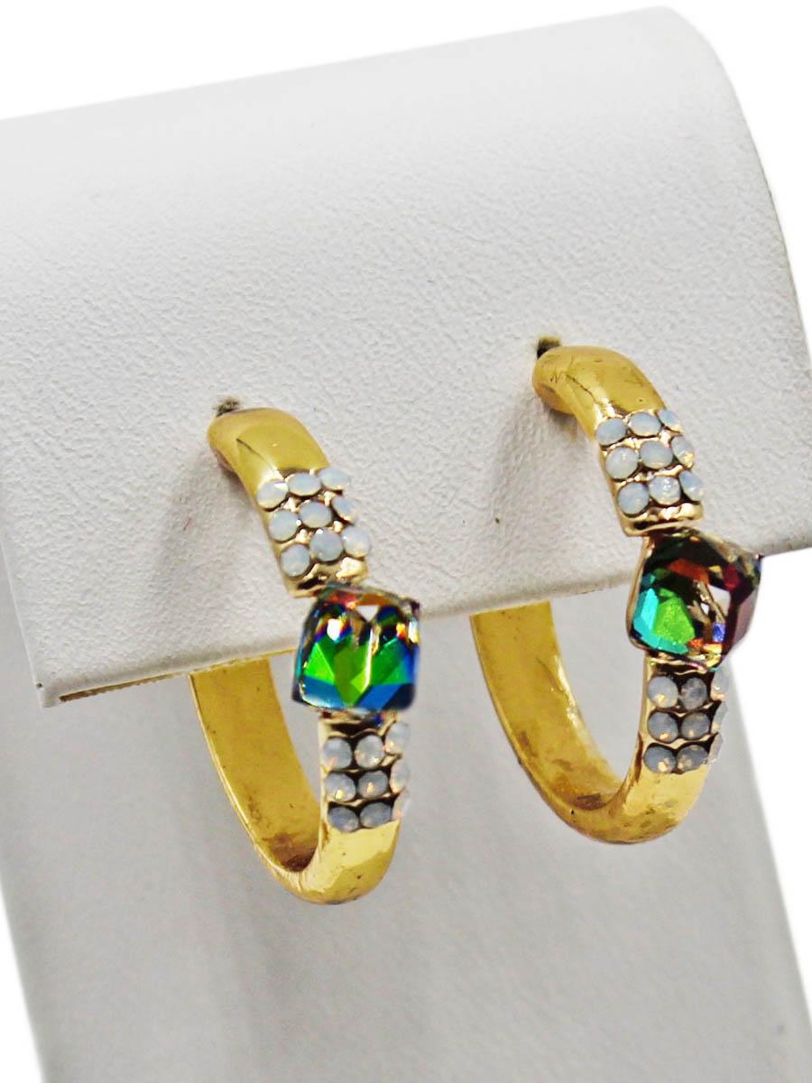 Серьги женские Taya, цвет: золото, разноцветный. T-B-11316-EARR-GL.MULTIT-B-11316-EARR-GL.MULTIСерьги-гвоздики с заглушкой металл-пластик. Серьги - незамкнутые полукольца с центральным кристаллом-кубиком, который играет всеми цветами радуги при определенном попадании света. Размеры: длина серьги 2,3 см, ширина 0,2 см.
