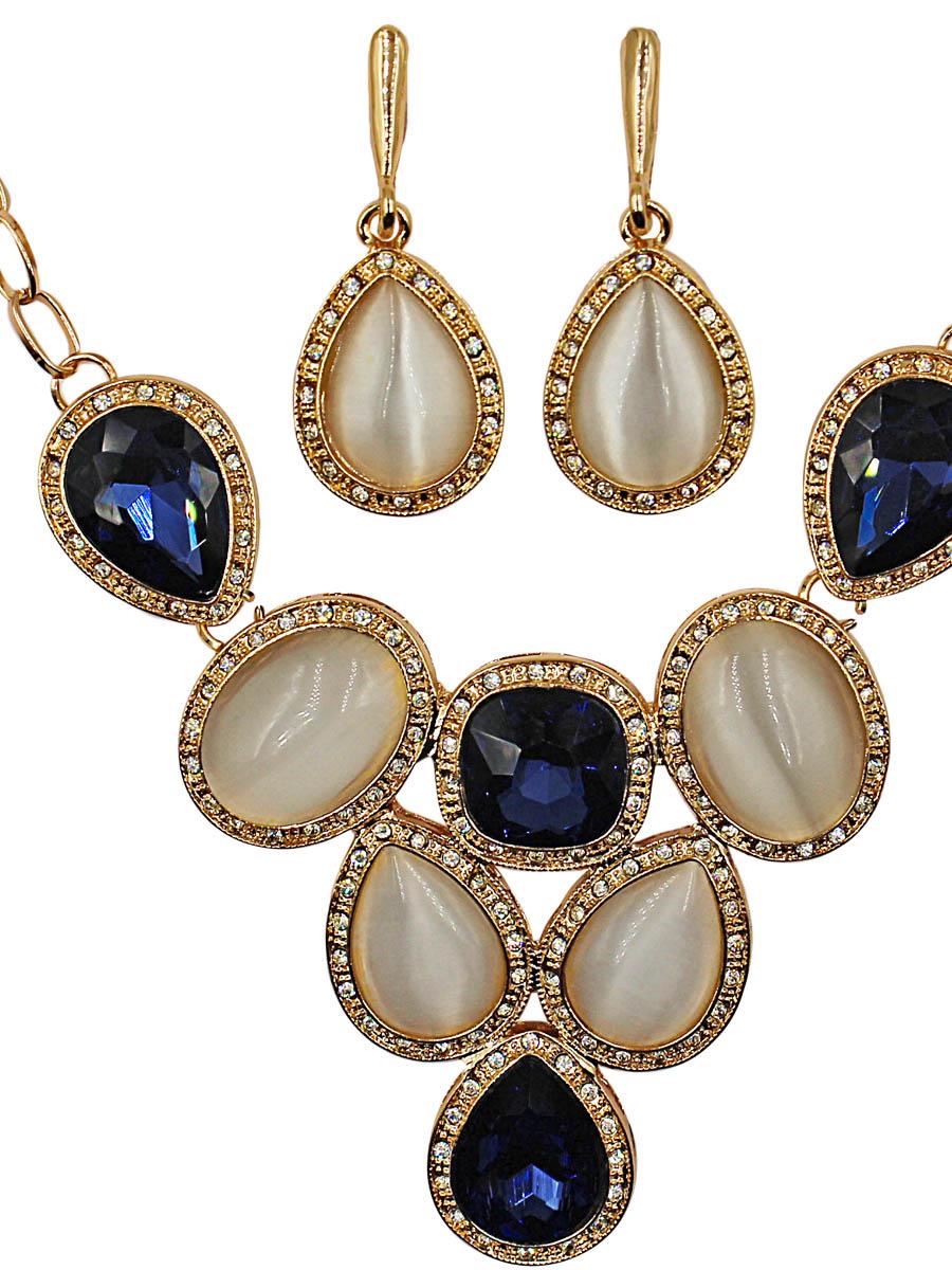 Набор бижутерии женский Taya: серьги, колье, цвет: золото, темно-синий. T-B-11490-SET-GL.D.BLUET-B-11490-SET-GL.D.BLUEКомплект колье с серьгами с английской застежкой. Цепь якорного плетения с вытянутыми звеньями, которые находятся в перпендикулярной плоскости одно к другому. В центре сапфировые кристаллы и лунные вставки органично соединены между собой. Размеры: длина 48 см + 7,0 см удлинение, центральная часть 10,0 х 5,5 см; серьги 4,0 х 1,8 см.