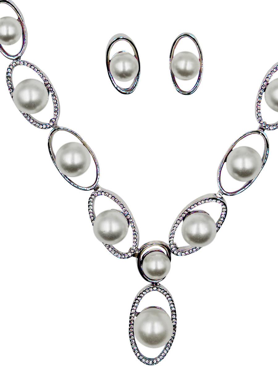 Набор бижутерии женский Taya: серьги, колье, цвет: серебро, перламутровый. T-B-11504-SET-SL.PEARLT-B-11504-SET-SL.PEARLКомплект из колье и серег-гвоздиков с заглушкой металл-пластик. Колье и серьги собраны из объемных овалов-лодочек, которые увеличиваются к центру. Внутри каждого звена идеальная жемчужина. Размеры: длина 45 см + удлинение 6 см. Центральное украшение 13,0 х 7,0 см, серьги 2,0 х 1,0 см.