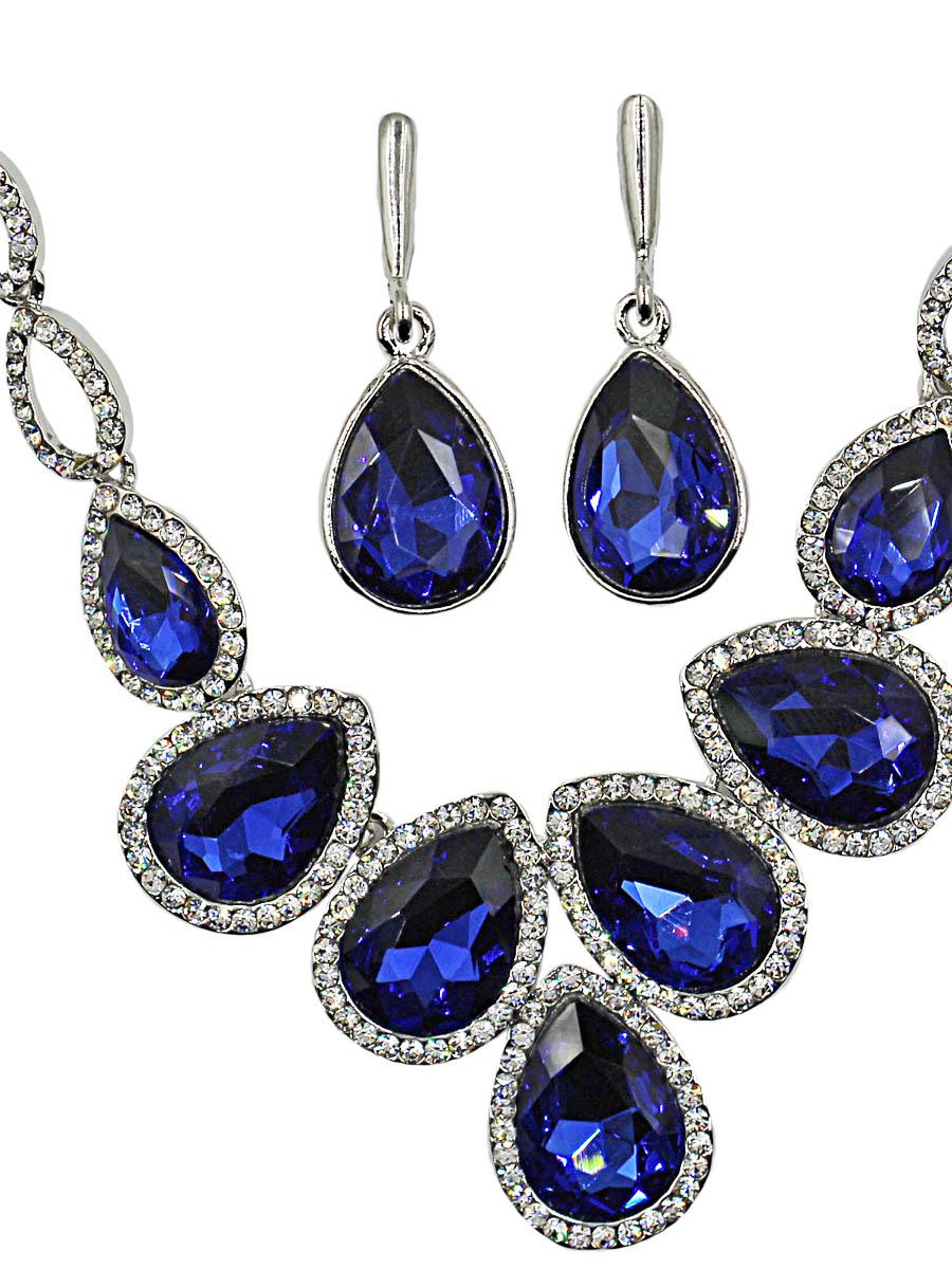 Набор бижутерии женский Taya: серьги, колье, цвет: серебро, темно-синий. T-B-11509-SET-SL.D.BLUET-B-11509-SET-SL.D.BLUEУкрашение начинается с цепи необычного панцирного плетения: звенья продолговатой формы никогда не переплетутся и не перепутаются между собой. Далее две капельки с кристаллами и прорезями внутри. В центре кристаллы синего густого насыщенного цвета и рамке Размеры: длина 50 см + 6 см удлинение, центральная часть 10,0 х 4,0 см. Серьги 3,8 х 1,5 см.