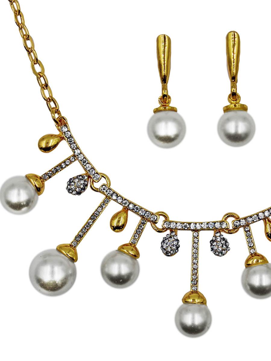Набор бижутерии женский Taya: серьги, колье, цвет: золото. T-B-11526-SET-GOLDT-B-11526-SET-GOLDОснова украшения - цепь якорного плетения, где каждое звено имеет продолговатую форму и тщательно отполировано. В центре пять подвижно соединенных пластин со стразами, на которые крепятся либо золотые капельки, либо подвески с жемчугом. Серьги с классичес Размеры: длина 41 см + 6 см удлинение, центральная часть 9,0 х 2,7 см; серьги 2,7 х 0,8 см.