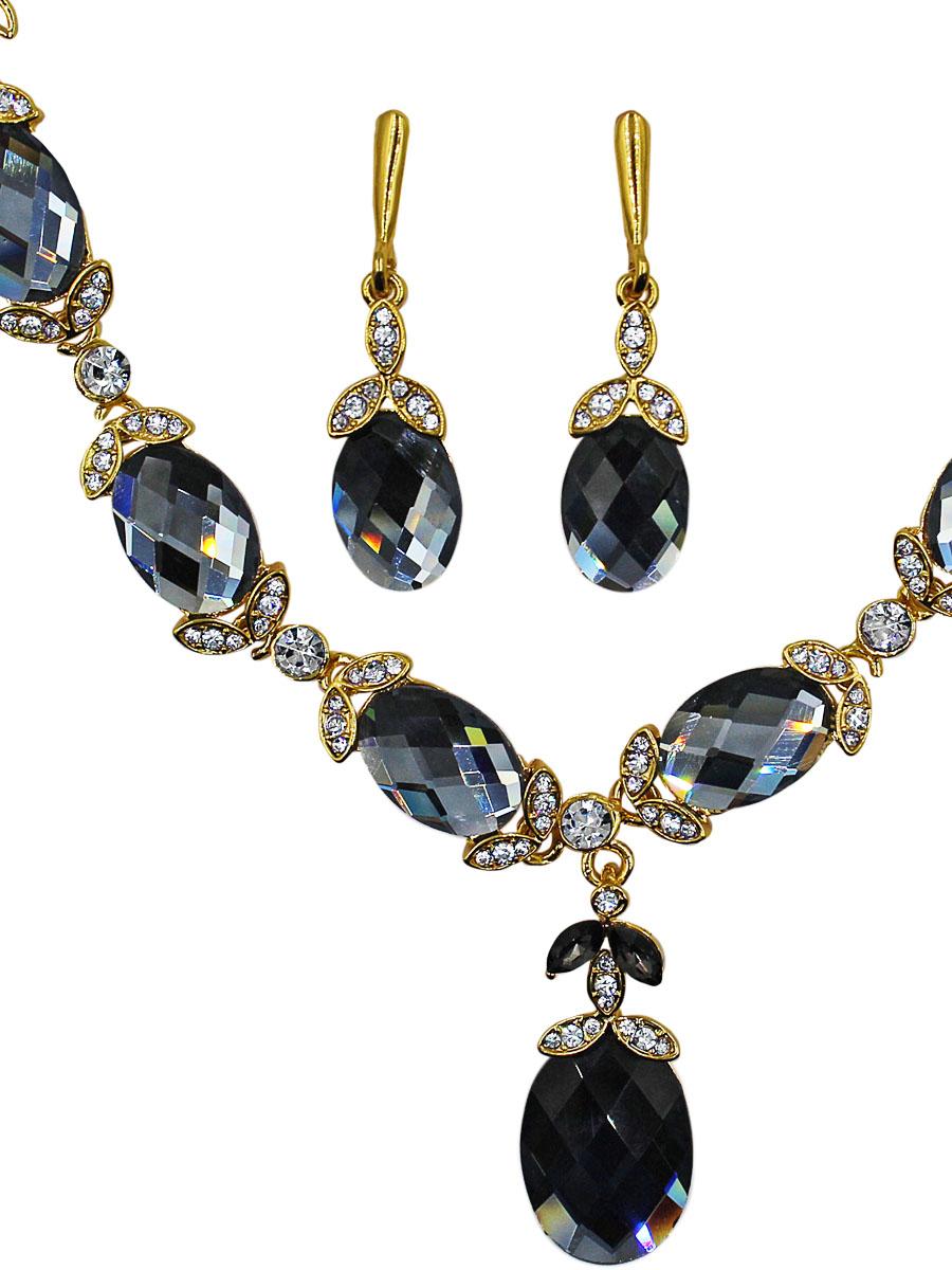 Набор бижутерии женский Taya: серьги, колье, цвет: золото, хематит. T-B-11530-SET-GL.HEMATITET-B-11530-SET-GL.HEMATITEКомплект из колье и серег с английским замком. Украшение выделяется серыми кристаллами мозаичной огранки, что позволяет максимально выявить их игру и блеск. Серый цвет под определенным углом кажется угольным, либо пепельно-серебристым. Чудо, а не украшени Размеры: длина 49 см + удлинение 6,0 см, центральное украшение 22,0 х 1,2 см, подвеска-капля 4,5 х 1,5 см серьги 4,5 х 1,2 см.