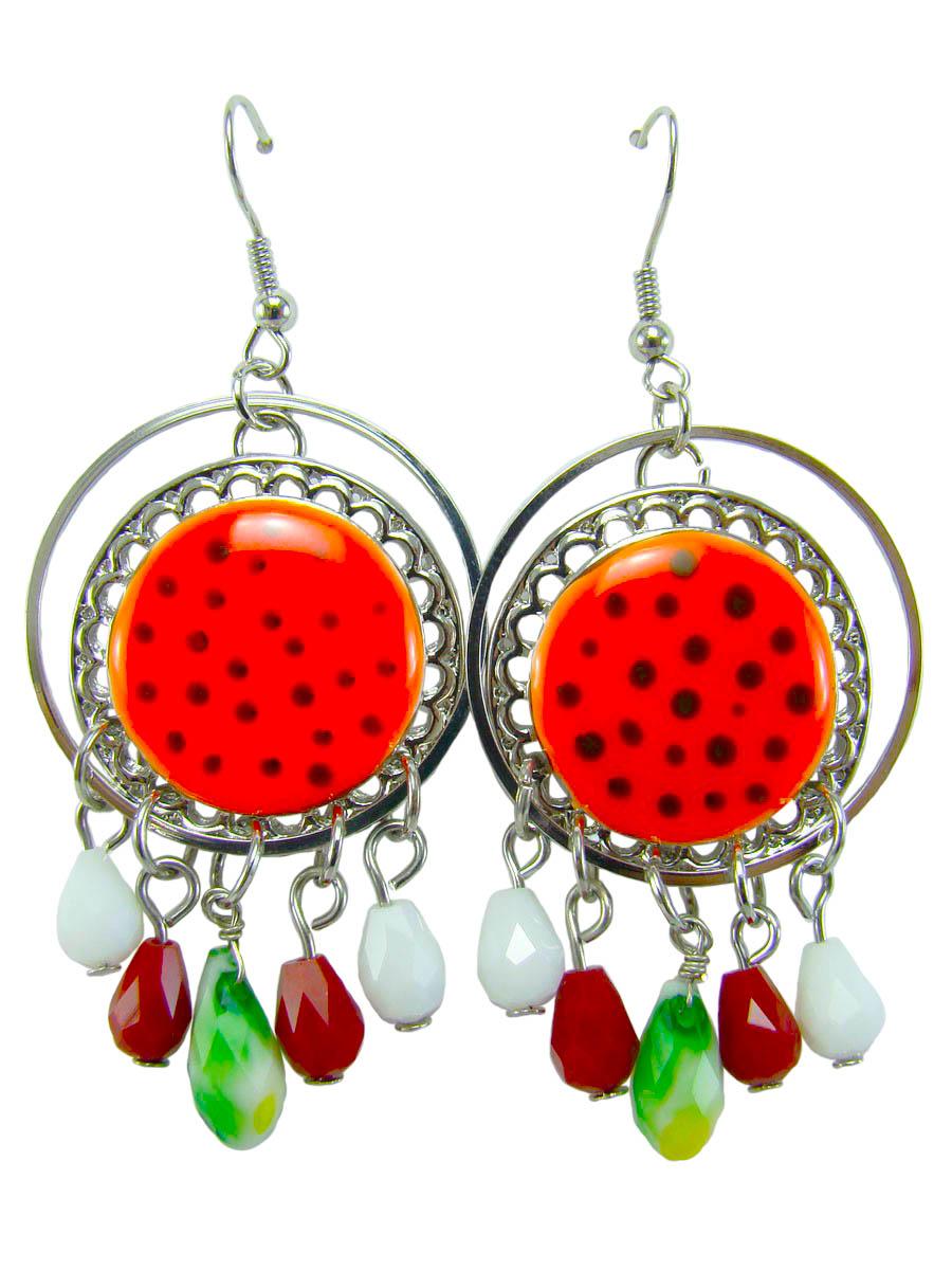 Серьги женские Taya, цвет: оранжевый. T-B-8418-EARR-ORANGET-B-8418-EARR-ORANGEЯркие и запоминающиеся серьги с петлевидным замком, имеющим вид дужки, который фиксируется силиконовой заглушкой. Серьги покрыты ярко рыжей эмалью с черными вкраплениями с маленькими разноцветными подвесочками. Размеры: Длина серьги с учетом замка 6,7 см. Диаметр эмалированной вставки 2 см.
