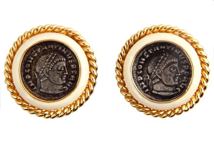 Клипсы Монеты. Бижутерный сплав, эмаль. США, конец XX векаОС27516Клипсы Монеты. Бижутерный сплав, эмаль. США, конец ХХ века. Размер 3 х 3 см. Сохранность хорошая. Предмет не был в использовании. Изделие декорировано монетами из металла с изображениями, характерными для античной эпохи. Крупные клипсы придадут вашему образу изюминку, подчеркнут красоту и изящество вечернего платья или преобразят повседневный наряд.